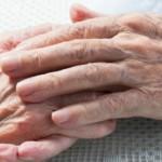 高齢者の介護は皮膚の剥離に注意!原因や予防と対策は?